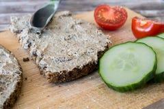 Pane integrale con la diffusione ed il cetriolo Fotografie Stock