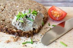 Pane integrale con la diffusione sul tagliere Fotografia Stock Libera da Diritti