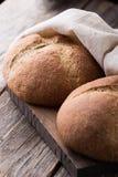 Pane integrale integrale su fondo di legno Fine in su Immagine Stock