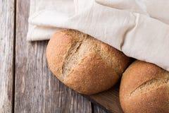 Pane integrale integrale su fondo di legno Fine in su Fotografia Stock