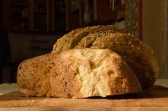 Pane intero con crusca su un di legno Fotografie Stock