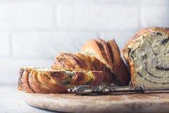Pane intrecciato casalingo del seme di papavero Corona Pasticcerie nazionali Babka immagine stock