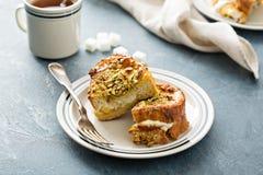 Pane inzuppato in latte/uova e zucchero e fritto in padella con formaggio cremoso ed i pistacchi fotografia stock libera da diritti