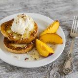 Pane inzuppato in latte/uova e zucchero e fritto in padella con il gelato ed il miele su un piatto bianco Fotografia Stock Libera da Diritti