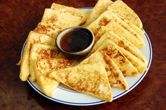 Pane inzuppato in latte/uova e zucchero e fritto in padella con il miele selvaggio dell'ape per la prima colazione Immagini Stock