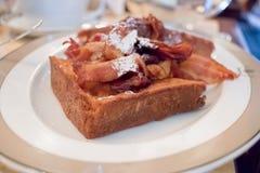 Pane inzuppato in latte/uova e zucchero e fritto in padella con il piatto croccante del brunch della prima colazione del bacon Fotografia Stock Libera da Diritti