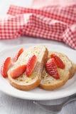 Pane inzuppato in latte/uova e zucchero e fritto in padella con la fragola per la prima colazione Immagini Stock