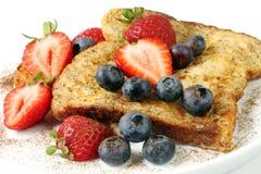 Pane inzuppato in latte/uova e zucchero e fritto in padella con le fragole ed i mirtilli Fotografie Stock Libere da Diritti