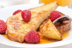 pane inzuppato in latte/uova e zucchero e fritto in padella delizioso con i lamponi e lo sciroppo d'acero Fotografie Stock