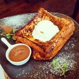 Pane inzuppato in latte/uova e zucchero e fritto in padella e gelato Fotografia Stock Libera da Diritti