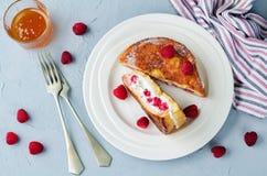Pane inzuppato in latte/uova e zucchero e fritto in padella farciti lampone di ricotta immagini stock