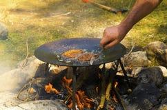 Pane inzuppato in latte/uova e zucchero e fritto in padella pronto su un fuoco del campo immagine stock libera da diritti