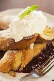 pane inzuppato in latte/uova e zucchero e fritto in padella Vaniglia-immerso con panna montata Fotografie Stock Libere da Diritti