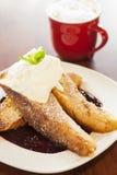 pane inzuppato in latte/uova e zucchero e fritto in padella Vaniglia-immerso con panna montata Fotografia Stock