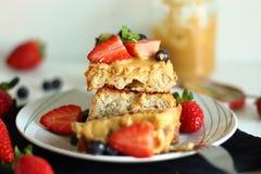 Pane inzuppato in latte/uova e zucchero e fritto in padella con le fragole, i mirtilli ed il burro di arachidi immagini stock