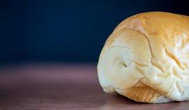 Pane isolato su una tavola e su una lavagna di legno su fondo Fotografie Stock Libere da Diritti