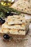Pane italiano di focaccia con le olive ed i rosmarini fotografie stock libere da diritti
