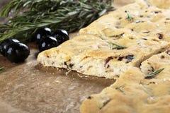 Pane italiano di focaccia con le olive ed i rosmarini fotografia stock