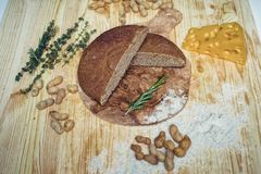 Pane libero del glutine su fondo di legno dalla vista superiore Pani casalinghi misti dalla farina dell'amaranto Cibo sano immagini stock