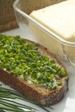 Pane a manteiga e os cebolinhos Fotos de Stock