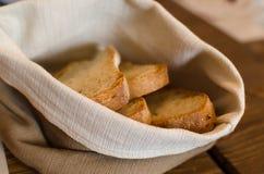 Pane nella borsa di tela da imballaggio sulla tavola di legno Fotografie Stock