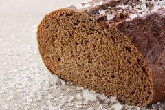 Pane nero con sale su un panno grezzo Immagine Stock