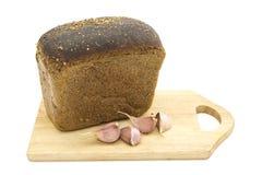 Pane nero e chiodi di garofano di aglio. immagini stock libere da diritti