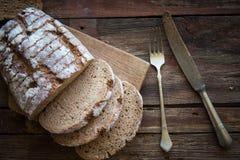 Pane nero fresco su un piatto di legno Immagini Stock Libere da Diritti