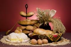 Pane o alimento com massa de pão, cereais, manteiga, ovos Fotografia de Stock
