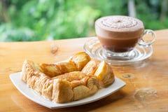 Pane o brinde com leite condensado na placa e na xícara de café fotografia de stock royalty free