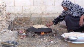 Pane palestinese 1 di cottura della donna stock footage