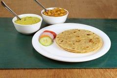 Pane piano indiano della focaccia con insalata ed i piatti laterali Immagini Stock Libere da Diritti