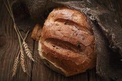 Pane piccante appena preparato su una tavola di legno immagine stock