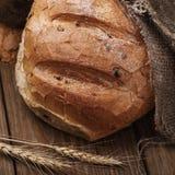 Pane piccante appena preparato su una tavola di legno fotografie stock