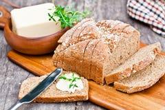 Pane prodotto con macine di pietra irlandese affettato della soda con burro e timo sul Fotografia Stock Libera da Diritti