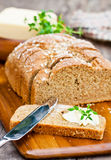 Pane prodotto con macine di pietra irlandese affettato della soda con burro e timo sul Fotografia Stock