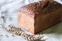 Pane rustico dell'artigiano del lievito naturale sull'asciugamano di cucina grigio Fotografia Stock