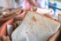 Pane in secchio arancio per alimentare pesce fotografie stock libere da diritti