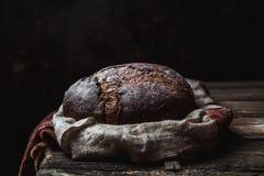 Pane su un rurale su un fondo nero Cottura casalinga fotografie stock libere da diritti