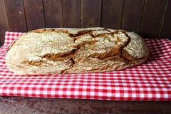 Pane su una tovaglia immagine stock