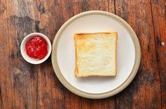 Pane sul piatto bianco. fotografie stock libere da diritti