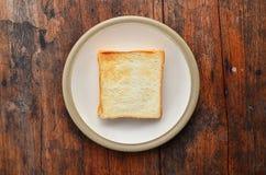 Pane sul piatto bianco. fotografia stock