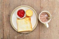 Pane sul piatto bianco con cacao. fotografia stock libera da diritti