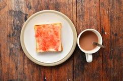 Pane sul piatto bianco con cacao. immagini stock libere da diritti