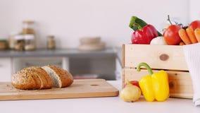Pane sul tagliere e sulle verdure a casa stock footage