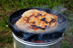 Pane sulla stufa di campeggio Fotografie Stock Libere da Diritti