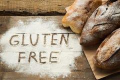 Pane sulla tavola di legno con farina sparsa Fotografia Stock Libera da Diritti