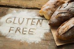 Pane sulla tavola di legno con farina sparsa Immagini Stock Libere da Diritti