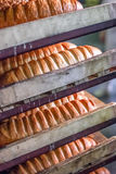 Pane sullo scaffale alla fabbrica del pane Immagine Stock