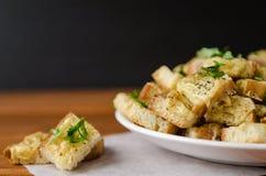 Pane tostato al forno con formaggio e le erbe fotografia stock libera da diritti